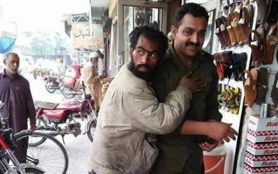 یہ پولیس والا اس فقیر کیساتھ یہاں کیا کر رہا ہے؟ تفصیلات سامنے آئیں تو ہر پاکستانی کی آنکھیں نم ہو گئیں، جان کر آپ بے اختیار داد دینے پر مجبور ہو جائیں گے