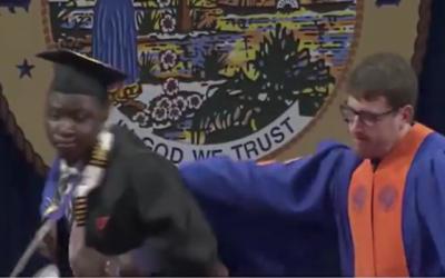 امریکا میں گریجویشن کی تقریب کے دوران طلبہ ہتک آمیز برتاؤ کا شکار