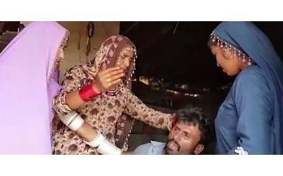 گھوٹکی میں اس شخص کو رسیوں سے باندھ کر بیگم دیگر خواتین سمیت کیوں پیٹ رہی ہے؟ وجہ ایسی کہ کوئی بھی مرد گھبرا جائے
