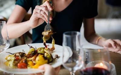اگر موٹاپے سے بچنا چاہتے ہیں تو دن میں صرف اس وقت پر کھانا کھایا کریں، سائنسدانوں نے پتلے جسم کا راز سب کو بتادیا