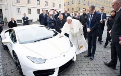 پاپائے روم نے تحفے میں ملنے والی سفید قیمتی گاڑی فروخت کردی
