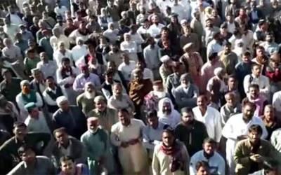 کراچی:پاکستان سٹیل ملز ملازمین کا تنخواہوں کی عدم ادائیگی کےخلاف ریلوے ٹریک پر احتجاج و دھرنا، ٹرینوں کی آمدورفت متاثر