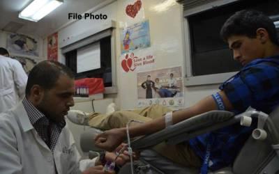غزہ کے مرکزی ہسپتال میں خون کا عطیہ دینے کے لیے لوگوں کی قطاریں