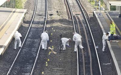 'اس خاتون نے اپنے 10 سالہ بچے کے کان میں سرگوشی کی، پھر دونوں ٹرین کے راستے میں ٹریک پر لیٹ گئے اور۔۔۔' ایسا واقعہ جسے جان کر ہر شخص کی آنکھیں نم ہوجائیں