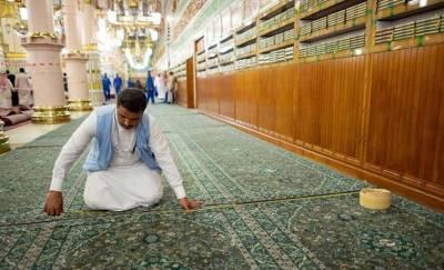مدینہ منورہ میں روضہ رسول ﷺ کے راستے میں سرخ قالین بدل کر سبز قالین بچھا دیا گیا