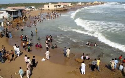 کراچی میں ساحل سمندر پر پکنک منانے والے افراد جلدی امراض میں مبتلاہونے لگے