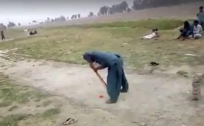 """"""" یہ آؤٹ ہے یا ناٹ آؤٹ۔۔۔؟"""" پاکستانی لڑکوں کی اس ویڈیو نے سوشل میڈیا پر دھوم مچا دیا، کس انداز میں بال وکٹوں سے ٹکرایا اور کیا پھر یہ آؤٹ ہوا یا نہیں؟ دیکھ کر ہر کوئی چکرا گیا"""