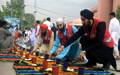 رمضان المبارک میں سکھ اور عیسائی برادری نے پشاور میں ایسا شاندار کام سرانجام دے دیا کہ تصاویر دیکھ کر آپ بھی انہیں داد دینے پر مجبور ہو جائیں گے