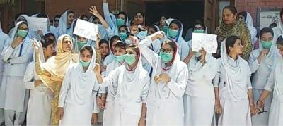 حافظ آباد کی نرسنگ سکول طالبات کا ڈسٹرکٹ اکاونٹس آفیسر کے خلاف اعزازیہ نہ دئیے جانے والے کے خلا ف احتجاج،فنڈز نہ ملنے تک کام بند کرنے کا اعلان