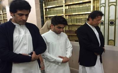 عمران خان کے پیچھے نماز پڑھتی یہ خاتون ان کی اہلیہ بشریٰ بی بی نہیں بلکہ۔۔۔سوشل میڈیا پر گردش کرتی ویڈیو کی حقیقت سامنے آگئی