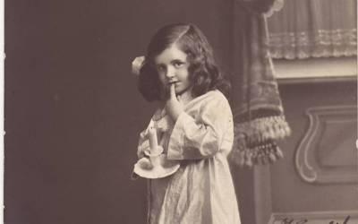 ''سلیپنگ سوٹ پہنے چھوٹی سی بچی نے میری امی کے پیروں کو چھوا تو۔۔۔ ''برسوں پہلے فوت ہونے والی ایک پراسرار بچی کا اس خاتون سے ایسا تعلق سامنے آگیا کہ سن کر کوئی بھی یقین نہیں کرے گا