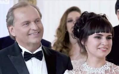 29 سالہ لڑکی نے 55سالہ ارب پتی سے شادی کرلی کیونکہ اس کے بچوں نے 2ہزار لڑکیوں کو۔۔۔ ایسی خبر آپ نے زندگی میں کبھی نہ سنی ہوگی