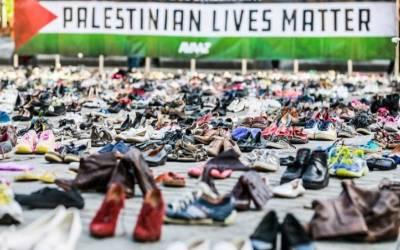 فلسطینی شہادتوں پر احتجاج،عالمی ضمیر کوجھنجھوڑنے کے لئے ہزاروں جوتے یورپی یونین کے دفتر کے باہر رکھ دیئے