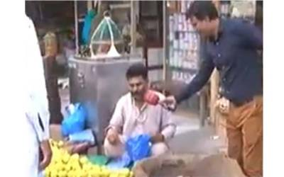 """""""تحریک انصاف سیب 100 روپے کلو اور ۔۔۔""""سرگودھا میں یہ شخص سیب بیچ رہاہے اور ساتھ ایسا نعرہ لگا رہا ہے سن کر عمران خان ہنس ہنس کر لوٹ پوٹ ہو جائیں گے"""