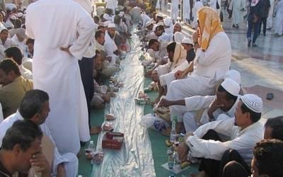مکہ مکرمہ میں کتنے لاکھ اللہ کے مہمان سحری کرتے ہیں اور انہیں کھانا کون فراہم کرتا ہے؟ جواب آپ کے تمام اندازے غلط ثابت کردے گا