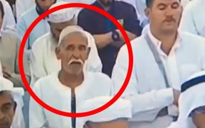 """خبردار!!! کیمرے کی آنکھ آپ کو دیکھ رہی ہے"""" نماز کے دوران جب اما م نے رکوع کیا تو یہ بابا جی کیا کرنے لگے اور پھر ان کیساتھ کھڑے شخص نے باباجی کیساتھ کیا کیا؟ ویڈیو نے سوشل میڈیا پر دھوم مچا دی"""