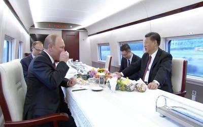 پیوٹن کا300کلومیٹرفی گھنٹہ والی ٹرین میں سفر،سبز چائے بھی پی