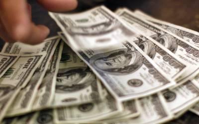 بیٹھے بٹھائے پاکستانی اربوں روپے کے مقروض ہوگئے، روپے کے مقابلے میں ڈالر کی قدر میں اچانک کتنا اضافہ ہوا؟ تاریخ رقم ہوگئی