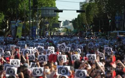 'ہمارے ساتھ مرد چھپ چھپ کر یہ شرمناک کام کرتے ہیں اور کوئی روکنے والا نہیں' 30 ہزار خواتین نقاب پہن کر سڑکوں پر آگئیں کیونکہ۔۔۔