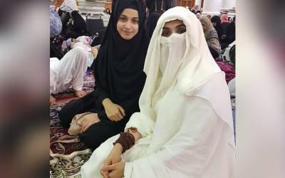 فلم سٹار نور کا بھی اپنی بیٹی کے ہمراہ عمرہ ، لیکن وہاں عمران خان کی اہلیہ کی موجودگی میں سابق شوہر عون چوہدری کیساتھ کیا کچھ کرتی رہیں؟ ہنگامہ برپا ہوگیا