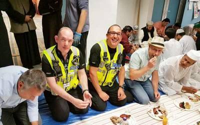 برطانوی پولیس کے غیر مسلم اہلکاروں نے بھی روزہ رکھ لیا تاکہ۔۔۔ وجہ جان کر آپ بھی داد دیں گے