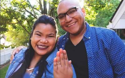 اس جوڑے نے اپنی منگنی کی یہ تصویر سوشل میڈیا پر ڈالی تو پوری دنیا میں مذاق بن گیا، اس تصویر میں ایسا کیا ہے؟ حقیقت جان کر آپ بھی شدید پریشان ہوجائیں گے