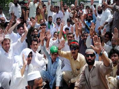 تحریک انصاف کے کارکنان آپے سے باہر ہو گئے ،اپنے ہی پارٹی دفتر میں تباہی مچا دی ،معاملہ ٹکٹوں کی تقسیم کا نہیں بلکہ ۔۔۔