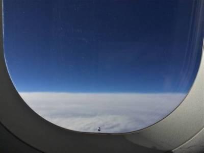 ہوائی جہاز کی کھڑکی میں چھوٹا سا سوراخ کس لئے ہوتا ہے؟ جان کر آپ کو بھی بے حد حیرت ہوگی