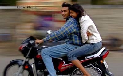 موٹرسائیکل پر بیٹھے لڑکا لڑکی کی زبردستی شادی کروادی گئی کیونکہ۔۔۔