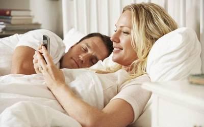'اگر آپ کا ہمسفر رات کو موبائل فون آف کر کے سوتا ہے تو یہ انتہائی پریشانی کی بات ہے کیونکہ۔۔۔' سائنسدانوں نے انتہائی شرمناک راز بے نقاب کردیا