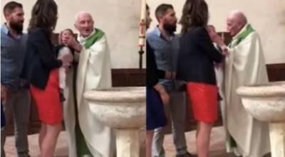 غسل مقدس دیتے ہوئے پادری نے روتے بچے کے منہ پرتھپڑ دے مارا