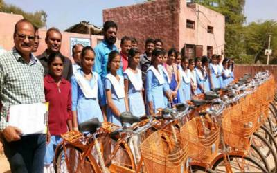بھارت، طلبہ میں زعفرانی رنگ کی سائیکلیں تقسیم
