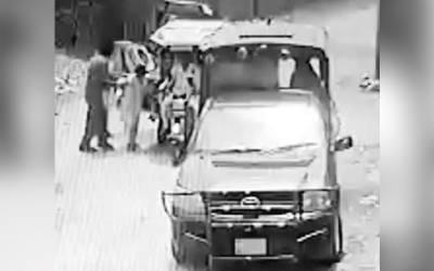 گوجرانوالہ میں 'آوازیں کسنے' پر پولیس کا 10 سالہ بچے پر تشدد، ویڈیو منظرعام پر