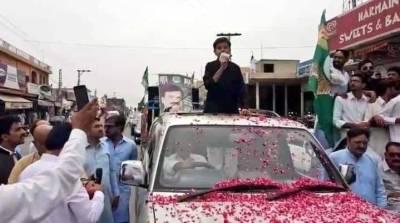 قمرالاسلام کا12 سالہ بیٹاسالار الاسلام اپنی بہن اور کارکنوں کےساتھ والد کے کاغذات نامزدگی جمع کرانے راولپنڈی کچہری پہنچ گیا
