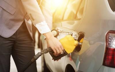 اگر شدید گرمی میں آپ گاڑی کی ٹینکی مکمل فل کر دیں تو کیا اس کے پھٹنے کا خطرہ ہوتا ہے؟ جانئے وہ بات جو تمام ڈرائیوروں کو معلوم ہونی چاہیے
