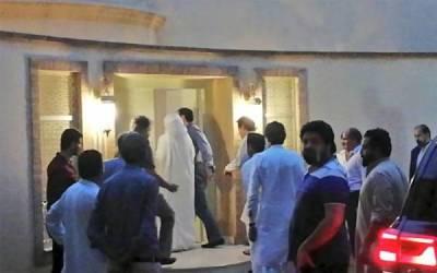 عمران خان بشریٰ بی بی کے ہمراہ زمان پارک پہنچے اور گھر میں داخل ہونے لگے تو بشریٰ بی بی نے ایسا کام کر دیا وہاں موجود ہر شخص 'دنگ' رہ گیا، کسی کے وہم و گمان میں بھی نہ تھا کہ بات یہاں تک پہنچ چکی ہے