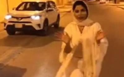 سعودی خاتون صحافی ایسا 'قابل اعتراض' لباس پہن کر ٹی وی پر آگئی کہ پورے ملک میں ہنگامہ برپاہوگیا، ملک سے ہی بھاگنا پڑگیا کیونکہ۔۔۔