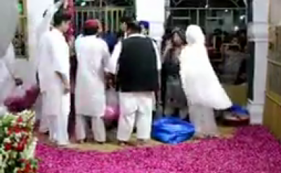 """عمران خان اور ان کی اہلیہ پاکپتن میں مزار کے اندر کیا کرتے رہے؟ ایسی ویڈیو سامنے آ گئی کہ مریم نواز کہہ اٹھیں """"اف اللہ۔۔۔"""""""