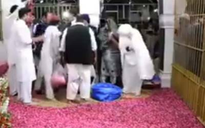 بشریٰ بی بی کی عمران خان کے ہمراہ پاکپتن میں دربار پر ایسا کام کرتے ہوئے نئی ویڈیو سامنے آ گئی کہ دیکھ کر آپ بھی حیران رہ جائیں گے