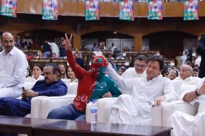 تحریک انصاف کا اسلام آباد میں ورکرز کنونشن، ایک کارکن ایسا حلیہ بنا کر آگیا کہ عمران خان کی بھی ہنسی نکل گئی، فوری اپنے پاس بلالیا اور ۔۔۔