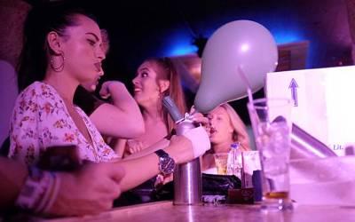برطانوی کمپنی کی ملازم نوجوان لڑکیوں نے ان غباروں میں کیا شرمناک چیز بھر بھر کر سالانہ لاکھوں روپے کمانا شروع کردیا؟ جان کر آپ کی بھی حیرت کی انتہاء نہ رہے گی کیونکہ۔۔۔