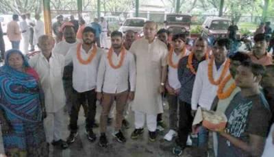 مسلمان بیوپاری کو گائے کے نام پر تشدد کرکے مارنے والے 8 ہندو غنڈے ضمانت پر رہا، مودی کے وزیر نے ہارپہنائے