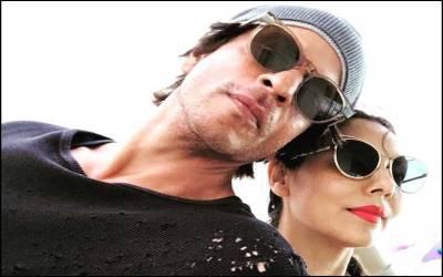 شاہ رخ خان نے اپنی اہلیہ گوری خان کے ساتھ پہلی بار سیلفی شیئر کردی