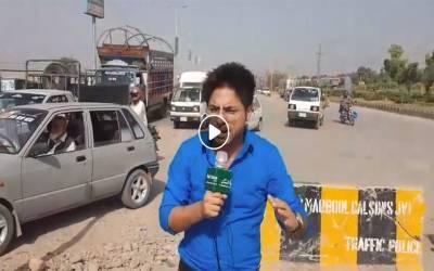 کیا پشاور میں واقعی تبدیلی آئی ہے ؟ پشاور میں میٹرو بس منصوبہ ابھی مکمّل نہیں ہوا۔ لیکن عام پبلک ٹرانسپورٹ میٹرو بس کے لئے مخصوص ٹریک پر ھی چلنے لگی۔ آپ بھی دیکھئیے