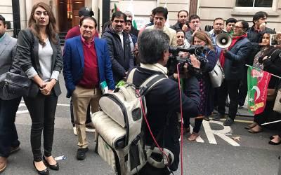 ایون فیلڈ ہاﺅس کے باہر تحریک انصاف کے کارکنان کا احتجاج، پولیس نے مسلم لیگ برطانیہ کے صدر کو ہی گرفتار کرلیا کیونکہ۔۔۔