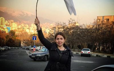 سڑک پر اپنا حجاب اتارنے والی ایرانی خاتون کو کتنے سال جیل کی سزا سنادی گئی؟ جواب اتنا زیادہ کہ آپ سوچ بھی نہیں سکتے