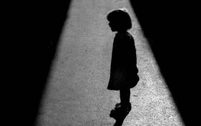گھر میں سوتی خاتون کو اچانک اپنی 7 سالہ بیٹی کی چیخوں کی آواز آئی، اس کے کمرے میں گئی تو ایسا شرمناک ترین منظر کہ زندگی کا سب سے زوردار جھٹکا لگ گیا، اس کا اپنا ہی۔۔۔