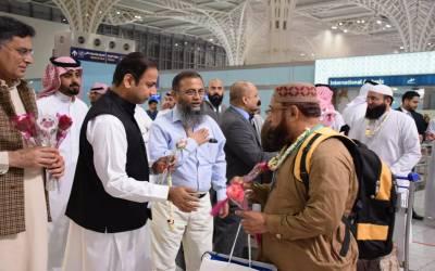 پاکستان سے عازمین حج کی آمد کا سلسلہ شروع ,پہلی حج پرواز پی کے 7001 کراچی سے 171 پاکستانی عازمین حج کو لیکر مدینہ منورہ ایئرپورٹ پر پہنچ گئی