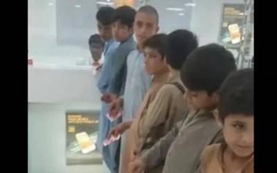 جوتے پالش کرنے والے یہ بچے ہاتھوں میں 100 روپے کا نوٹ پکڑے قطار بنائے کیوں کھڑے ہیں? جان کر آپ بھی داد دینے پر مجبور ہو جائیں گے