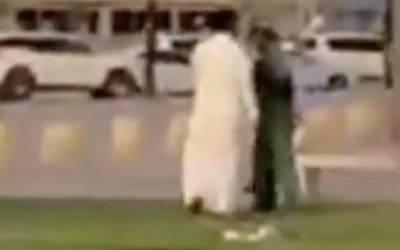اس سعودی شخص نے بلدیہ کے مزدور کو سر عام تھپڑ دے مارا ، پھر اس کے ساتھ کیا سلوک کیا گیا؟ جان کر آپ بھی کہیں گے کہ انصاف ہو تو ایسا